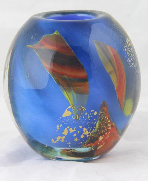 Vase bleu et feuilles d'or éclatées