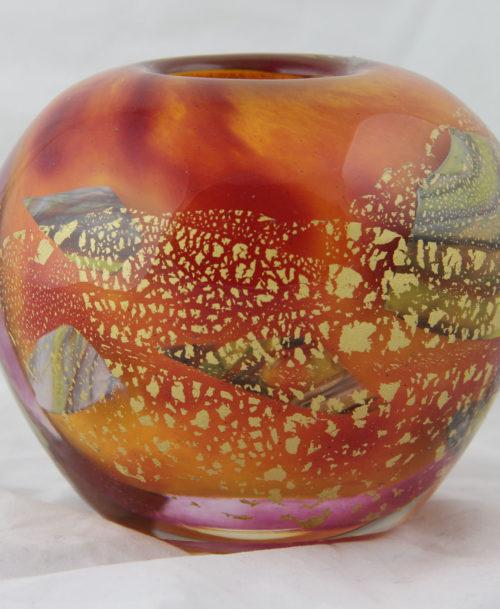 Vase orange, feuilles d'or éclatées