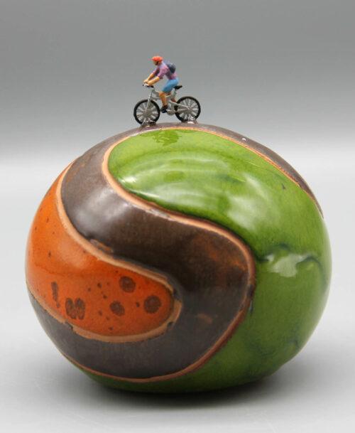 Cycliste au maillot violet